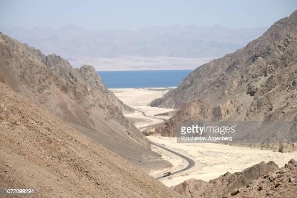 canyon through the mountains, majestic desert landscape of sinai, egypt - argenberg stock-fotos und bilder