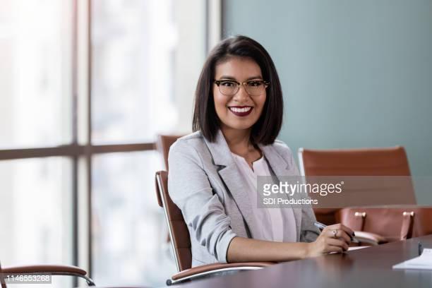 有能な中間成人女性インタビュー将来の従業員 - ネイティブアメリカン ストックフォトと画像