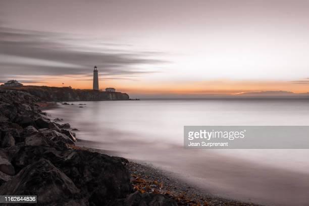 cap-des-rosiers lighthouse sunrise desaturated long exposure dri - cap des rosiers stock pictures, royalty-free photos & images