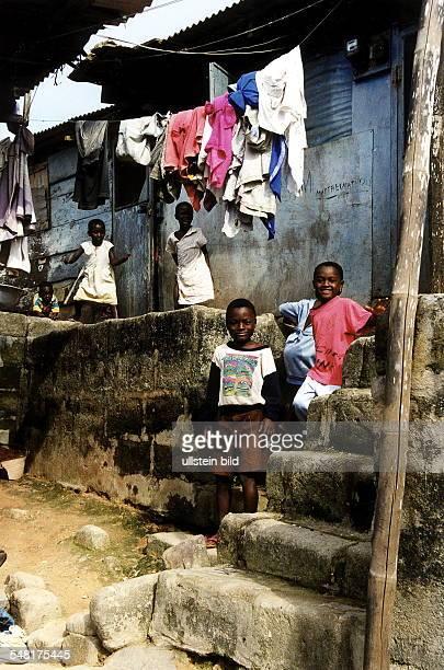 Kinder vor ihrer Hütte im Armenviertel November 1999