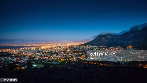 panorama du cap la nuit en afrique du sud - ville moyenne photos et images de collection