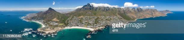 panorama von kapstadt, camps bay, löwenkopf, tafelberg, südafrika - kapstadt stock-fotos und bilder