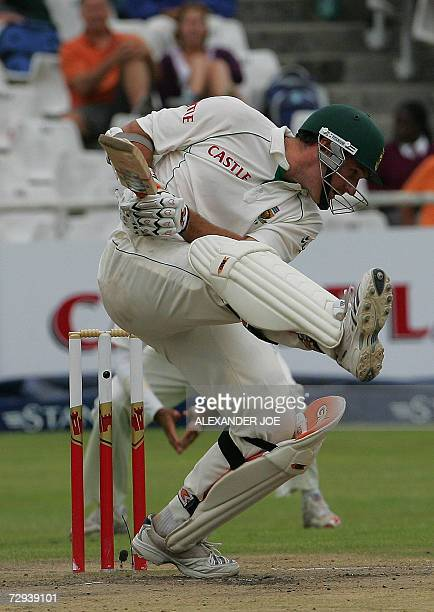 South African batsman Graeme Smith avoids a bouncer during South Africa's 2nd innings 06 January 2007 off the ball of Shanthakumaran Sreesanth in...