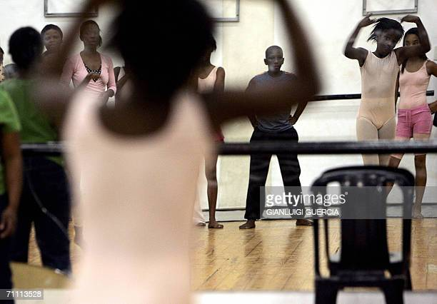 TO GO WITH AFP STORY AfSudculturesocietedanse South African children form Cape Town township attend 30 May 2006 Classic Ballet lessons after school...