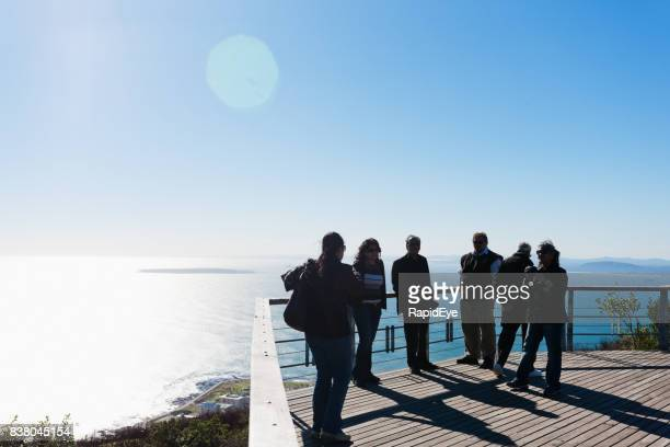 cape town touristes admirant la vue sur l'atlantique et l'île de robben - terrasse panoramique photos et images de collection