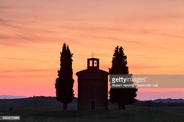 capella di vitaleta at sunset, val d'orcia, orcia valley, unesco world heritage site, tuscany, siena province, italy - capella di vitaleta stock pictures, royalty-free photos & images