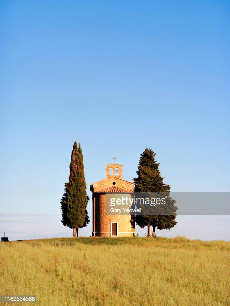 capella di vitaleta church in tuscany at sunrise - capella di vitaleta stock pictures, royalty-free photos & images