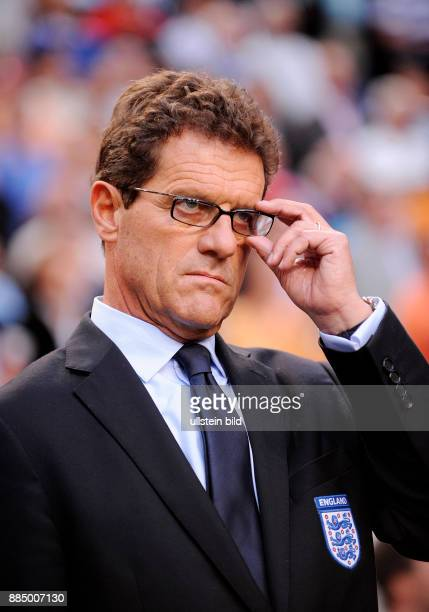 Capello Fabio Fussball Trainer Nationalmannschaft England Italien fasst sich an die Brille