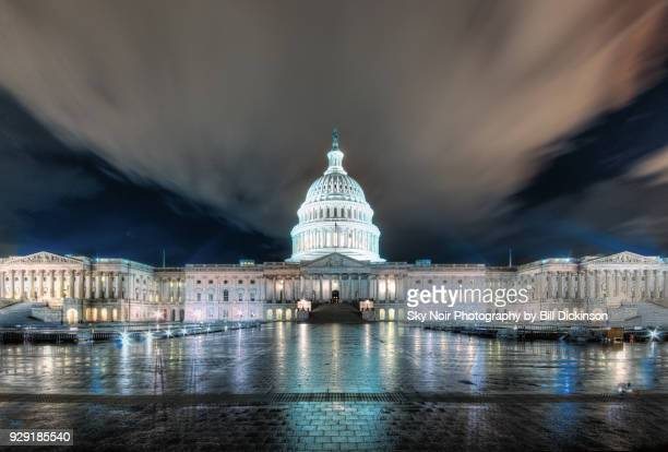 us capitol building at night - demokratie stock-fotos und bilder