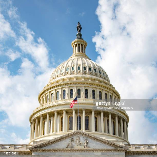 us capitol building - dome and flag - hauptstadt stock-fotos und bilder