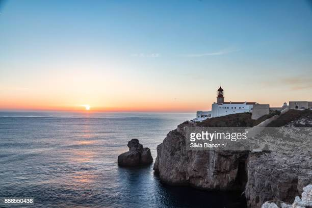 capo de são vicente lighthouse in portugal - algarve stock pictures, royalty-free photos & images