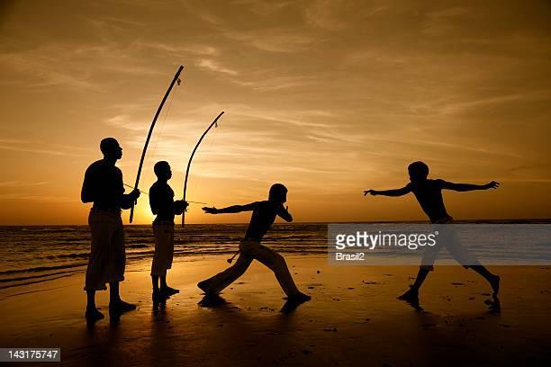 capoeira e berimbau jogador - capoeira imagens e fotografias de stock
