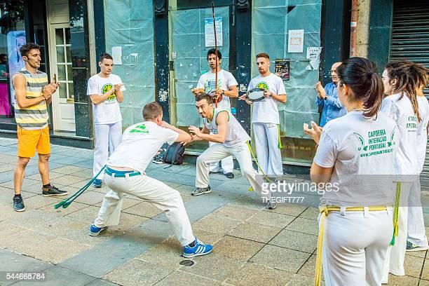 capoeira dançar na cidade de são joão durante municipal de braga - capoeira imagens e fotografias de stock