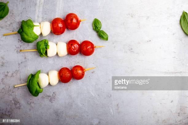 caprese mini kebab - bratspieß stock-fotos und bilder