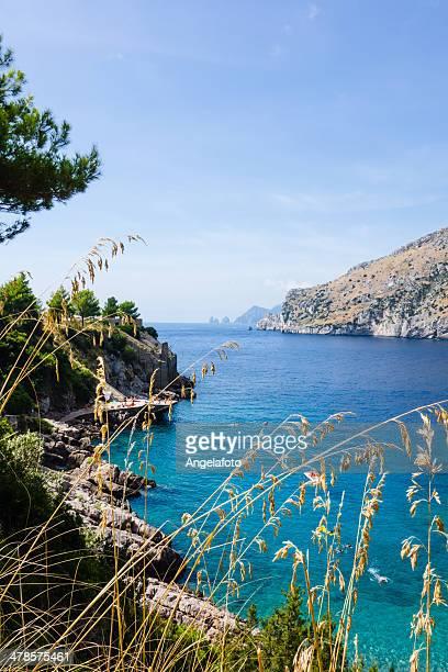 isola di capri visto dalla costa amalfitana, nerano, italia - baia foto e immagini stock