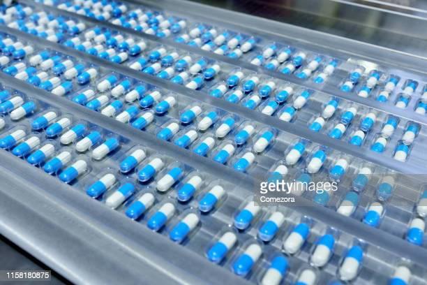 capsule package at production line - médicament photos et images de collection