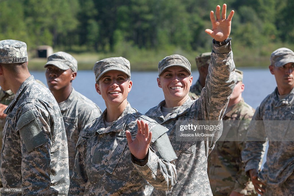 First Two Females In Army's Ranger Program Graduate From Intensive Ranger School : Photo d'actualité