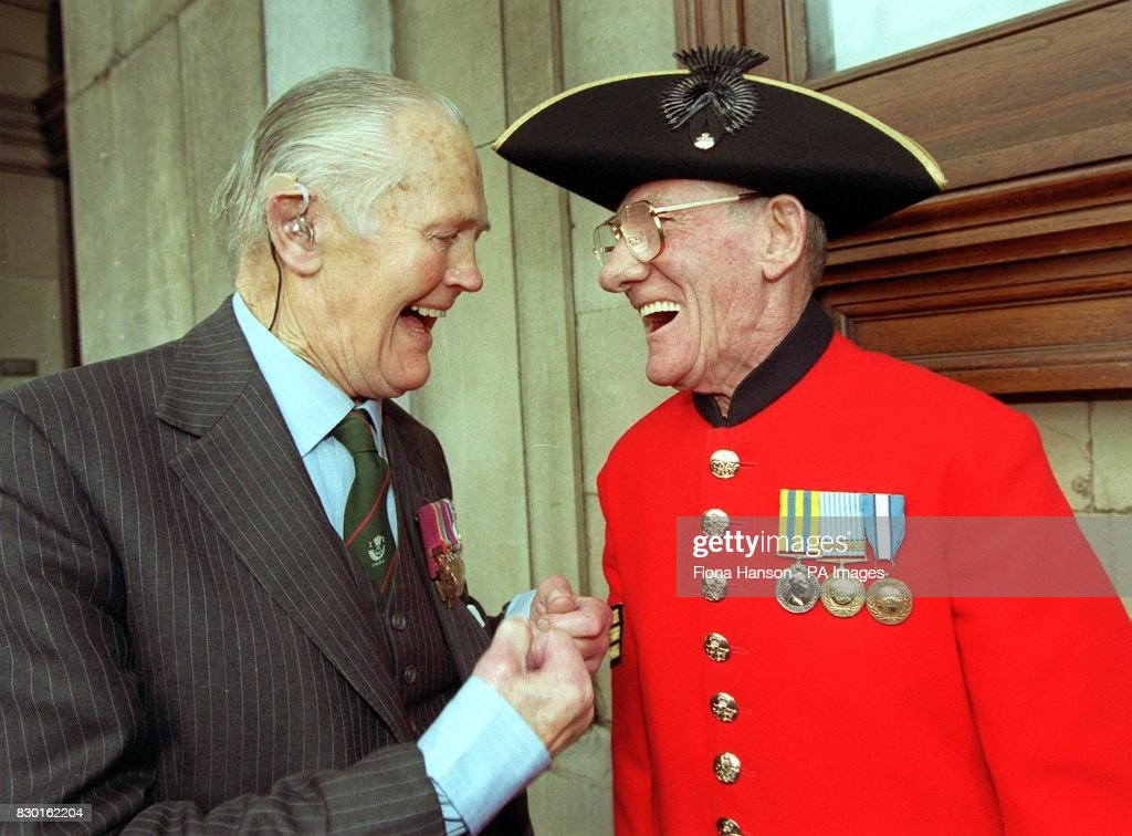 Capt Richard Annand VC talks with Chelsea Pensioner Sgt Fenwick ...