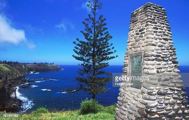 captain cook monument, duncombe bay, norfolk island national park, norfolk island, new south wales, australia, australasia - captain cook stock pictures, royalty-free photos & images
