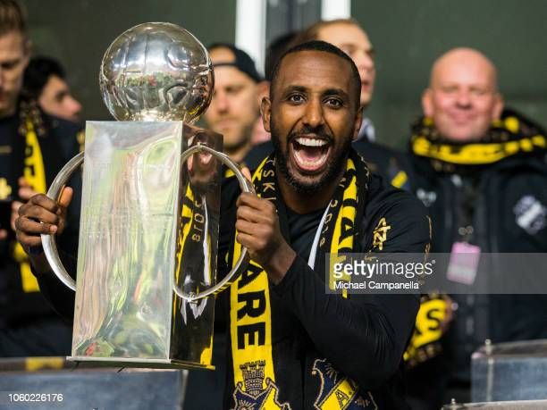 AIK captain Henok Goitom celebrates winning the 2018 Allsvenskan season with the Lennart Johansson trophy during an Allsvenskan match between Kalmar...