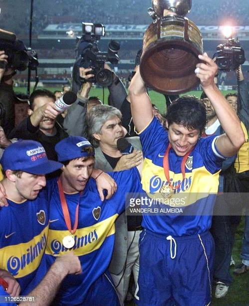 Captain of Argentina's Boca Juniors Bermudez celebrates the team's vicotry over Palmeiras of Brazil 21 June 2000 in Sao Paulo Brazil El capitan del...