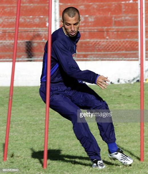 Captain of the Brazilian Under20 soccer team Eduardo Dracena exercises 22 June 2001 during a training session in Cordoba Argentina El capitan del...
