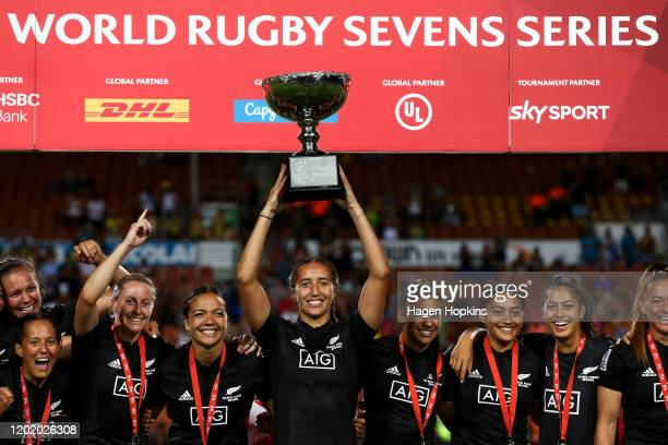 Captain Sarah Hirini of New Zealand holds the finals cup aloft during the 2020 HSBC Sevens at FMG Stadium Waikato on January 26, 2020 in Hamilton,...