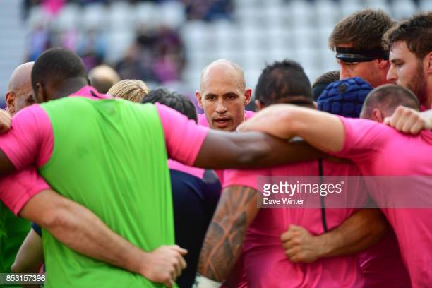 Captian Sergio Parisse of Stade Francais Paris rallies his side before the Top 14 match between Stade Francais Paris and RC Toulon at Stade Jean...