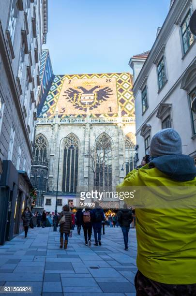 capture a photographer taking picture of the vienna cathedral, austria - vsojoy stockfoto's en -beelden