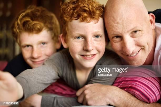 catturare tutto in un unico fotogramma - famiglia con due figli foto e immagini stock