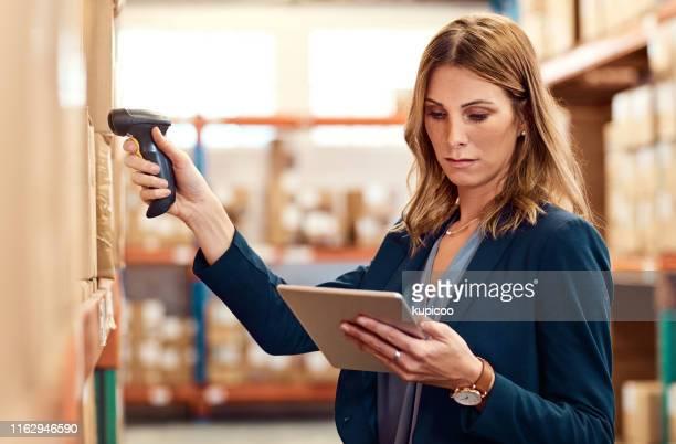 erfassen von daten über alle ihre bestände - strichkodeleser stock-fotos und bilder