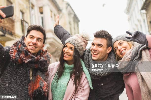 Momente mit Freunden in der Stadt