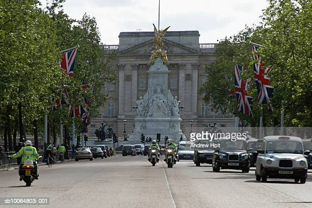 car and police officer at buckingham palace and queen victoria monument - ロンドン ザ・マル ストックフォトと画像