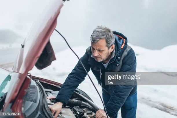 car breakdown on the road - vehicle breakdown stock pictures, royalty-free photos & images