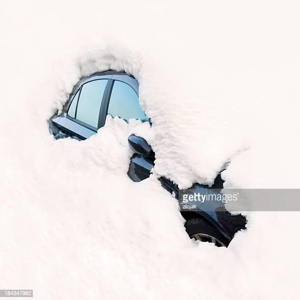 car buried in snow / avalanche - bedekken stockfoto's en -beelden