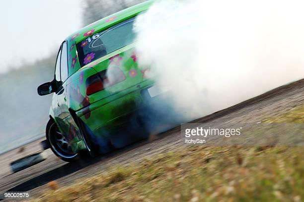 Auto drifting su una pista