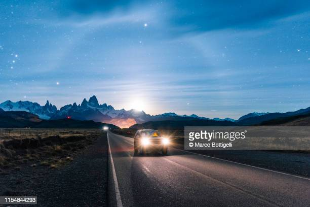 car driving at night on the road to el chalten, patagonia argentina - phare photos et images de collection