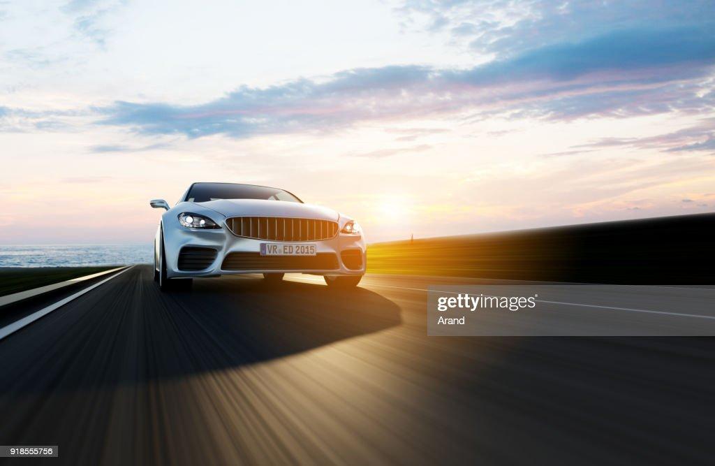 auto rijden op een weg door de zee : Stockfoto