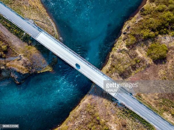 carro ponte na islândia com água fresca, executando sob. - estabelecer uma ponte - fotografias e filmes do acervo