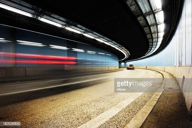 Conducción a través de un túnel por la noche, perspectiva en disminución