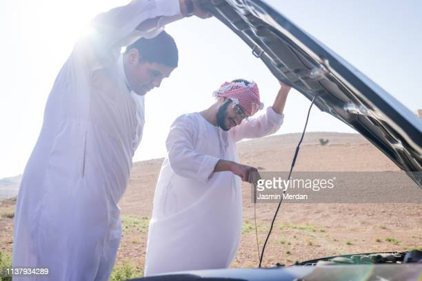 car fix during road travel - jordanian workforce stock pictures, royalty-free photos & images