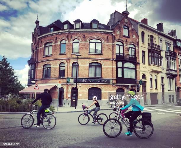 Auto vrije zondag in Brussel, mensen fietsen op straten, België