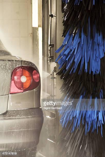 car going through carwash - sigrid gombert fotografías e imágenes de stock