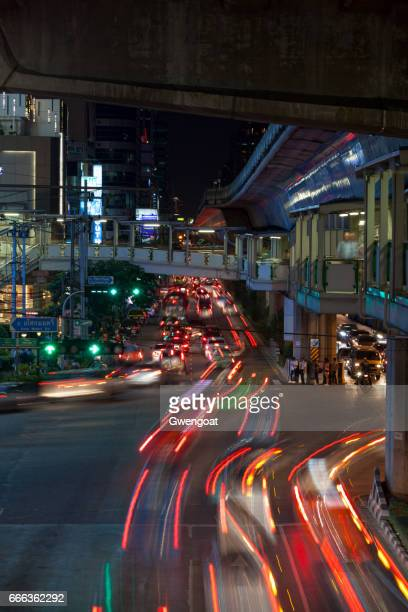 car light trails in bangkok - gwengoat stock pictures, royalty-free photos & images