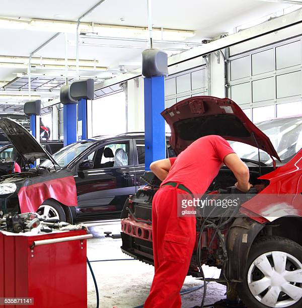 car mechanic at work. - car lubricants 個照片及圖片檔