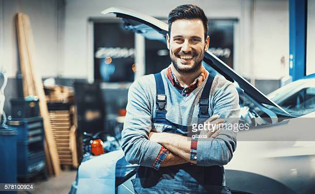 car mechanic at work. - werkplaats stockfoto's en -beelden