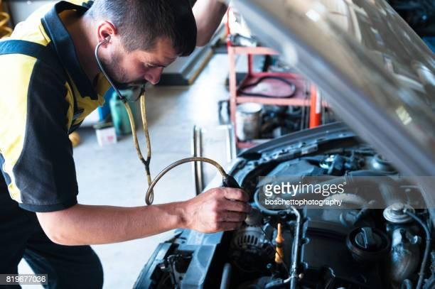 Garagiste examen moteur avec stéthoscope
