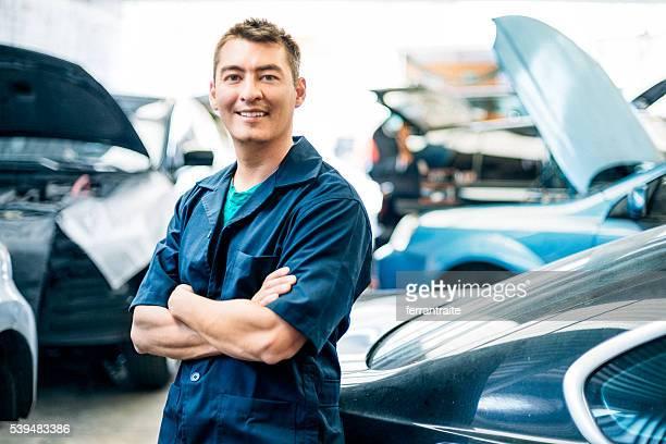 Voiture auto mécanicien dans l'atelier de réparation