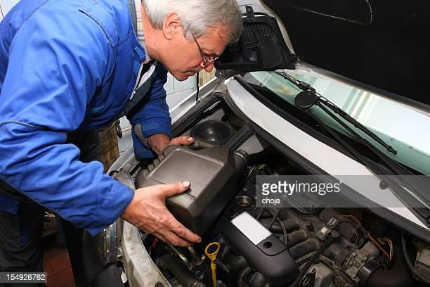 Mécanicien est de changer d'huile moteur