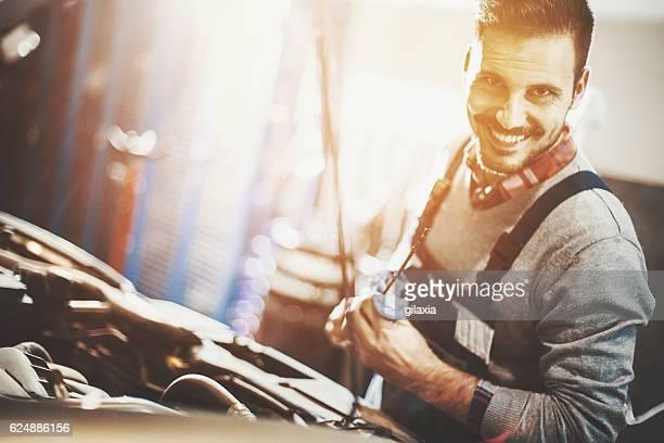 Mécanicien de réparer la voiture un moteur.